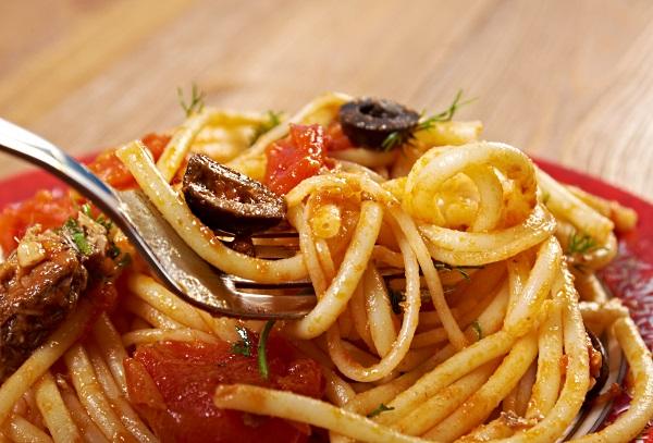 spaghetti alla puttanesca på en tallrik
