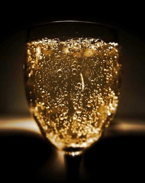 ett glas bubblande Moscato