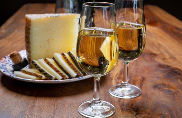 sött vitt vin och ost
